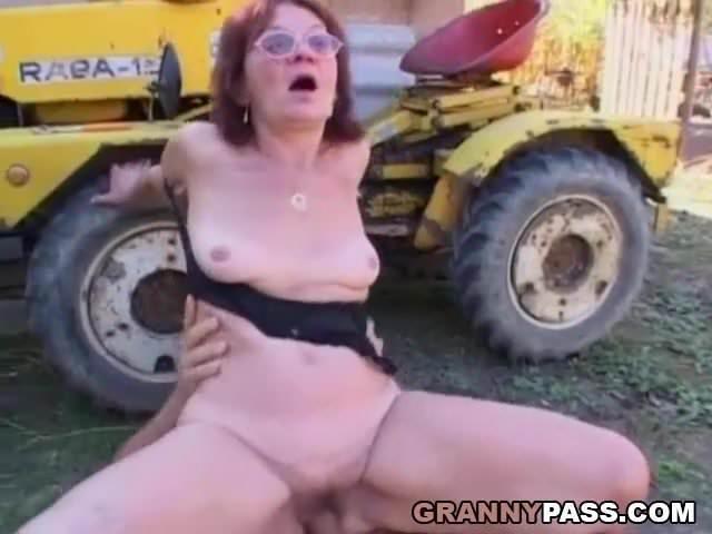 Részeg anyukát a kertben dugta meg a fia szex videó