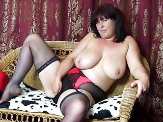 Sexy mamma matura Janey con figa pelosa e tette cadenti