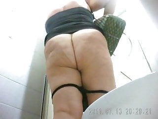 Mature Mom Pissing video: Mature mom in toilet pissing and farts