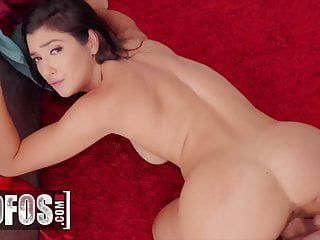 Big cock makes Brookly's Gray pussy wet - Mofos