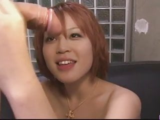 骯髒的紅發女郎亞洲貝貝炫耀她的性感的屁股和大t
