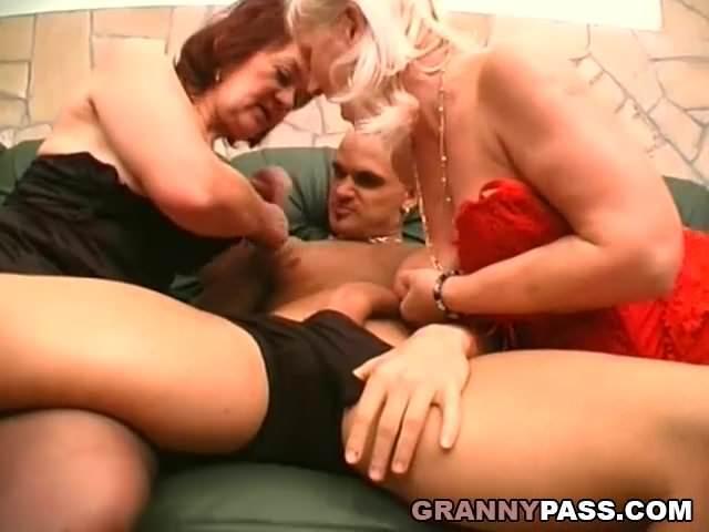 Anyuka leszopja fia farkát a baránőjével együtt szex videó