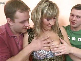 Procace madre in trio caldo con giovani ragazzi