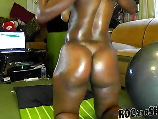 Ebony shakes ass...