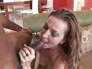 Amatoriale milf fa sesso interrazziale a casa