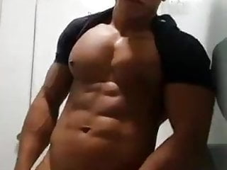 pinoy hunk JO in toilet on cam (35'')