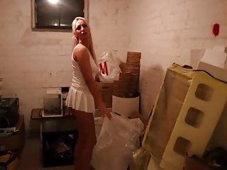 Geile blonde wird im Keller zwischen ihrem Dreck gefickt - Bild 2