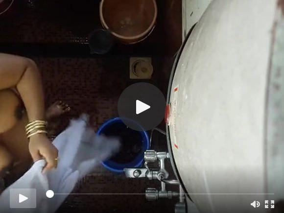 देसी भारतीय माँ छिपा कैम स्नान 3