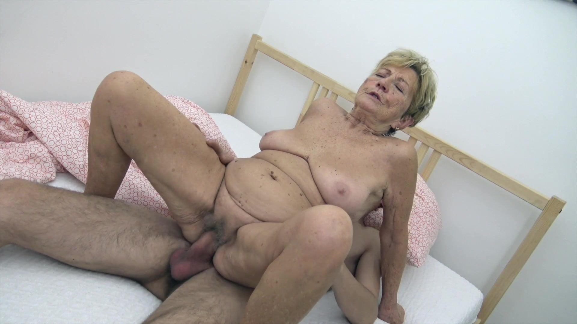 бесплатно порно бабушка дрочит