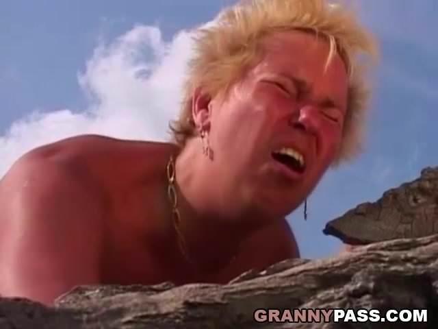 Szabadban szexelt egymással anya és fia szex videó