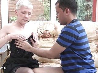 Cornea mamma troia matura scopa un ragazzo più giovane