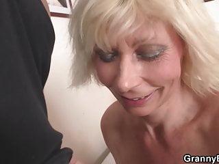 Zrzka s velkými prsy v akci, políže kokota a dá kundu