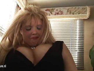 MOM matura bionda dal seno grande scopa e succhia