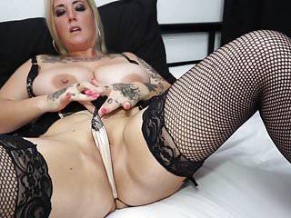 Tattiana mamma britannica dal seno grosso con una fica affamata