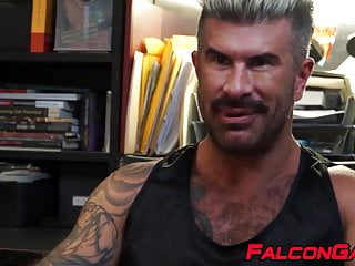 Muscular hunk rimms studs tight hole before fucking...