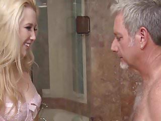 Suesse Blonde will vom reifen Mann gefickt werden