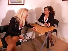 Két leszbikus titkárnő játszik egymás pisijével - leszbikus pisi porno