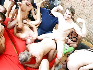 into Gets Bareback  Nasty Gunther Huge Party
