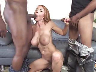Splendida mamma matura scopa due neri