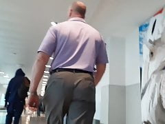 2 juicy daddy asses walking through the airportPorn Videos