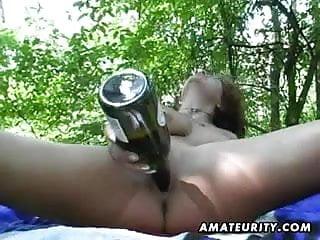 Häßliche Frau schiebt sich Flasche in die Muschi