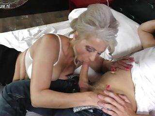 La nonnina viene sbattuta duramente dal giovane ragazzo fortunato