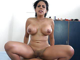 La curvy latina venezuelana Kesha Ortega lavora su un grosso cazzo