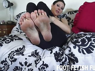 I love it when sexy guys jerk off to my feet