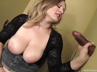 Busty Babe succhia Gallo Gloryhole