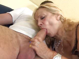 Busty GILF prende un giovane cazzo nei suoi vecchi buchi
