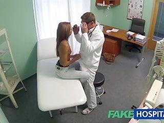 FakeHospital Spiare una giovane ragazza calda con un tempo speciale