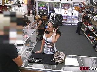 Big titty Latina è una cagna per un po di soldi in contanti