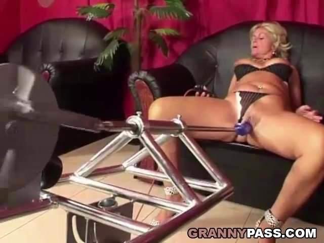 Baszógéppel elégíti ki magát az anyuka a fia szopása után