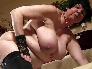 Nonna dai seni grandi che mostra la sua vecchia fica