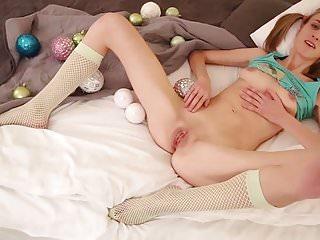 elena spielt mit kugeln