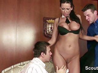 MILF seduce a scopare da due giovani ragazzi quando papà via