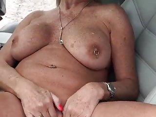 Mi abuelita en el carro...