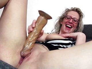 Mamma matura dagli occhiali con grandi tette e culo