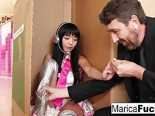 性機器人馬里卡(Marica)被史蒂夫·霍姆斯(Steve Holmes)起訴