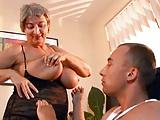 Tettona Nonna seduce giovane ragazzo con le sue tette grandi