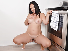 Fitness milf Brandii from Canada rubs one out in the kitchen