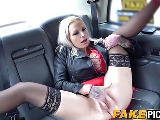 La calda Michelle Thorne lecca Sophie Anderson in macchina