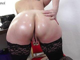 Madre pervertita matura fisting nella sua vagina