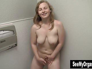 Procace Lili si masturba in bagno